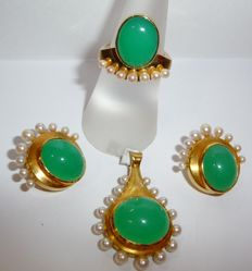 Set: Pendant, earrings, ring, 14 kt / 585 gold with natural apple-green chrysoprase and pearl wreath