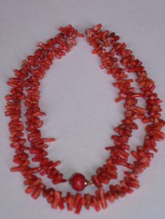 Precious-coral stick necklace with spherical clasp made of precious coral, with 14 kt rose gold frame