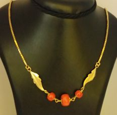 18 ct gold necklace with coral.  Length 54 cm Weight: 17.87 g
