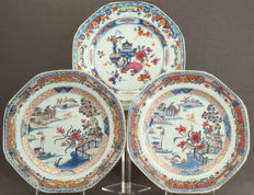 Octagonal plates with very fine  painting – China – Qianlong period (1735-1796)