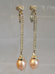 Earrings with long bars with rock crystals and genuine cultured pearls