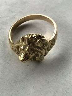 Signet ring for men with lion head, in 18kt gold