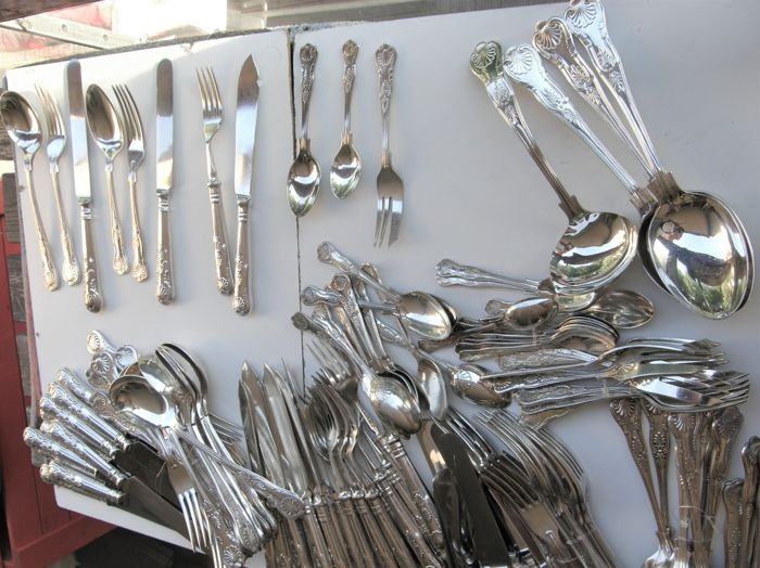 Extensive English silver plated cutlery in King Pattern, 1st half 20th century