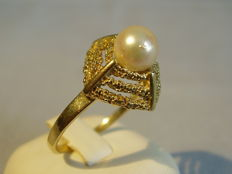 Gold ring with genuine Japanese Akoya pearl