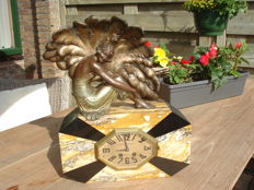 Dufour Brassart - Art Deco mantel clock - adorned with a revue Lady