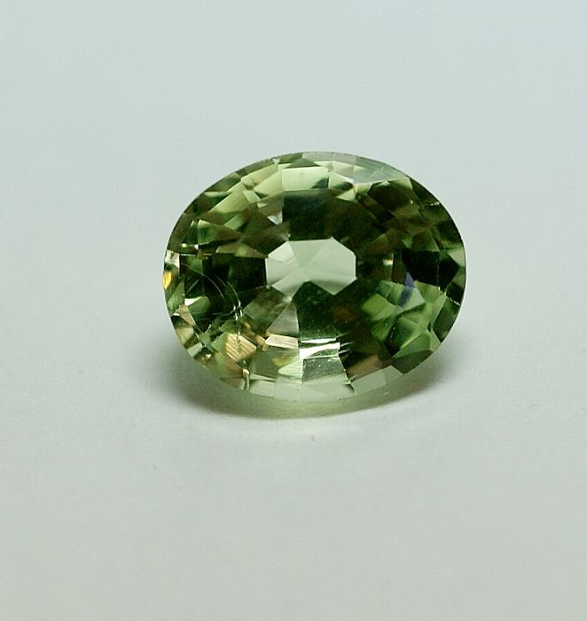 Crysoberyll,  yellowish-green    3.35  ct
