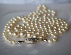 Very long or 2-row necklace ca. 94 cm, sautoir, with cultivé saltwater pearls and antique gold lock, ca. 1930/40