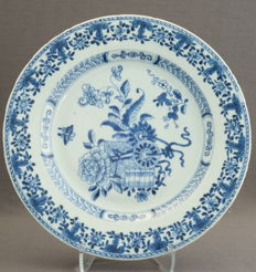 Plate decorated with a bouquet, composed of multiple stylised floral ornaments – China – Qianlong period (1735 - 1796)