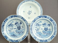 Collection of three large, deep plates in underglaze blue – China – Qing dynasty (1644-1912)