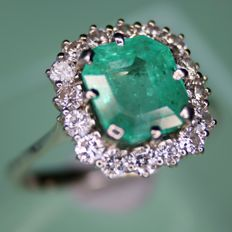 750 White gold ring with natural facetted Emerald and brilliant cut natural diamonds H/VS; total approx. 3 Ct.