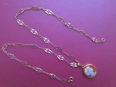 Chain in low-carat gold (early 20th century) with cameo pendant in shell, set in 18 kt gold (1950s)