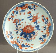 Deep Imari platter with decoration of large lotus blossom – China – around 1750, Qing dynasty (1644-1912)