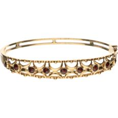 14 kt Yellow gold bangle set with glass garnet - Inner size: 5.9 cm