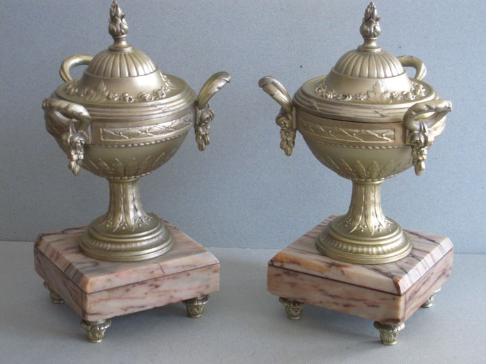 A pair of urns in Louis Seize style, zamac on marble base, 20th century
