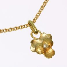Flower-shaped gold pendant with a chain and a genuine oriental pearl - From the 1900s