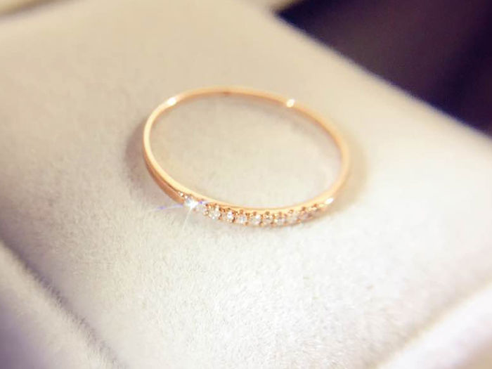18 kt/750 Gold - Delicate stacking ring with 11 Diamonds - 0.06 ct total - Diameter: 17.0mm #54(EU) - No Reserve Price