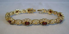 Bracelet with faceted garnets of 5.6 ct in total.