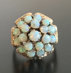 Huge cluster ring in 18k pink gold decorated with a pyramid of 20 opal cabochons