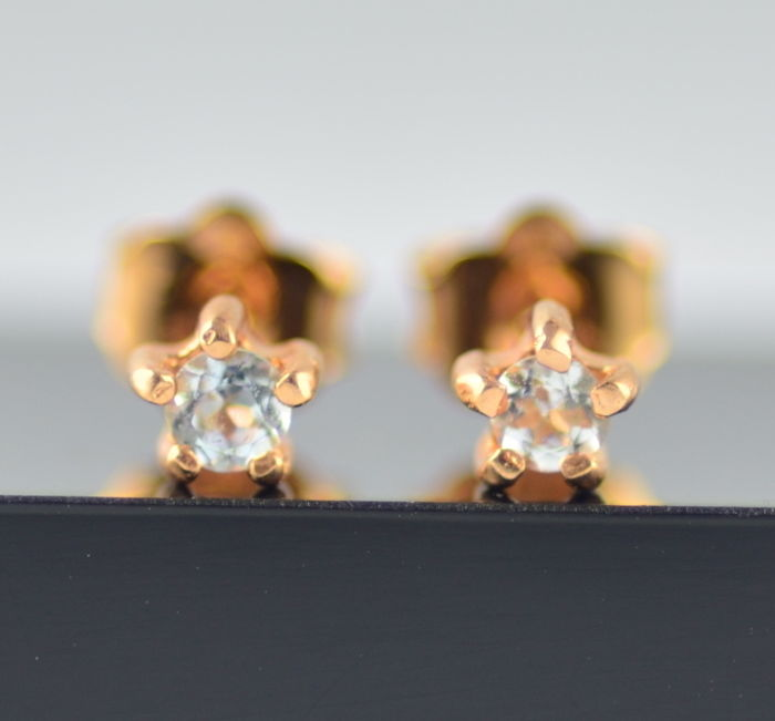 19 kt gold earrings with aquamarines. Jewellery dimensions: 4 x 3.5 x 13 mm.