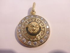 Gold 18 kt pendant with Medusa head on a black stone set with a cubic zirconia 28 mm