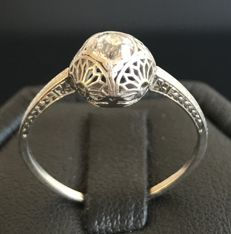 Art Nouveau solitaire ring in platinum with a lacy mounting set with a solitaire diamond of 0.5 ct.
