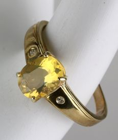 ca. 1960/70 Gold ring or engagement ring with faceted very bright fire Opaal, flanked by two point diamonds. Wonderful state.