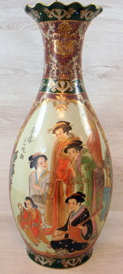 Richly decorated polychromed Satsuma vase – 62 cm – China – Second half 20th century