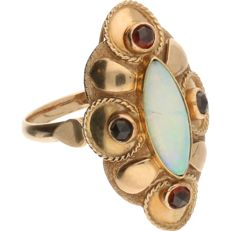 14 kt yellow gold ring, set with a white cabochon-cut opal and four dark-red rose-cut decorative stones – ring size: 17.5 mm