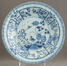 Lobed platter with decoration of a walking bird chasing insects – China – around 1720, Kangxi period (1662-1722)