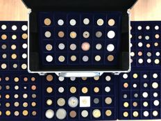 World – Batch of various coins including antique (207 pieces) in 6 coin trays + coin carrying case, including silver