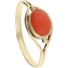14 kt yellow gold ring set with an oval cabochon cut precious coral – Ring size: