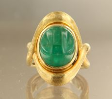 Yellow gold ring of 18 kt, set with a cabuchon cut emerald, ring size: 17.25 (54)