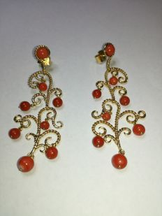Pair of 18 kt gold earrings with coral beads