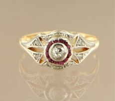 18 kt bi-colour gold Art Deco ring set with ruby and a Bolshevik cut diamond, approx. 0.10 carat in total