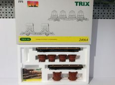 Trix H0 - 24064 - Vom Erz Zum Stahl: flat car set with hot iron and slag boilers (1621)