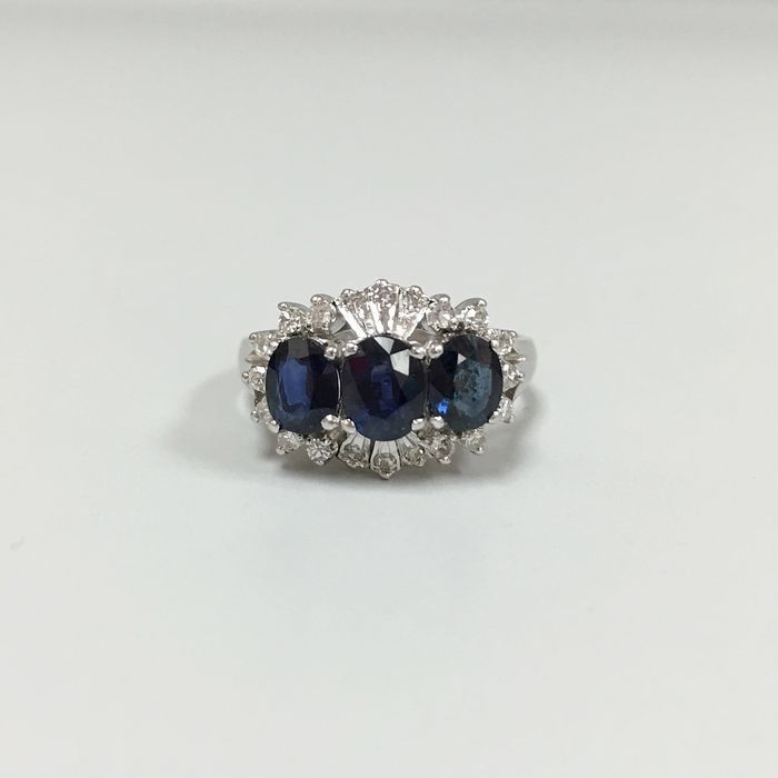 Fabulous white gold ring set with sapphires and brillant-cut diamonds.