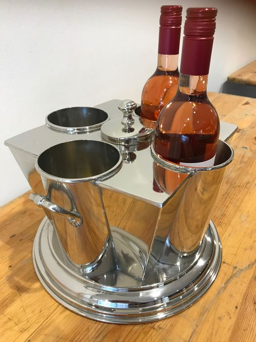 Luxurious wine cooler for 4 bottles with compartment for ice in the middle