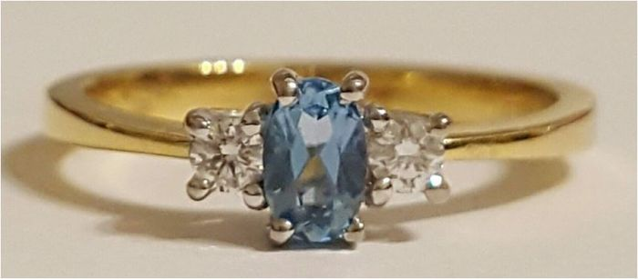 Ring, 18 kt Gold, Aquamarine, 0.35 ct, two Diamonds, 0.10 ct in total; Ring size 16.5 mm