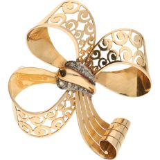 18 kt – Yellow gold brooch in the shape of a bow, set with 9 rose cut diamonds, in a white gold setting -