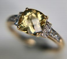 Elegant vintage Bi-colour 9Kt. Gold ring with a Citrine enchanted with 12 diamonds on the sides in excellent condition - total 1.68ct