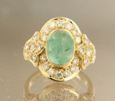 18k yellow gold ring set with a cabochon cut emerald and 28 brilliant cut diamonds of approx. 1.20 carat in total, ring size 15.5 (49)