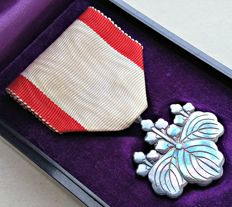 WWII. Japanese medal in box. Order of the rising sun Silver 8th class. Excellent condition!!