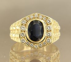 14 kt yellow gold ring set with a central, oval cut sapphire and diamonds, in total approx. 0.50 carat - size 19 (60)