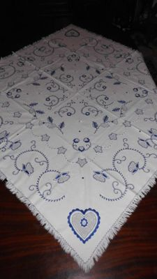 Tea towel (1,25 m x 1,25 m) with a complete hand made embroidery from Viana do Castelo Portugal - Decades of 1950/60