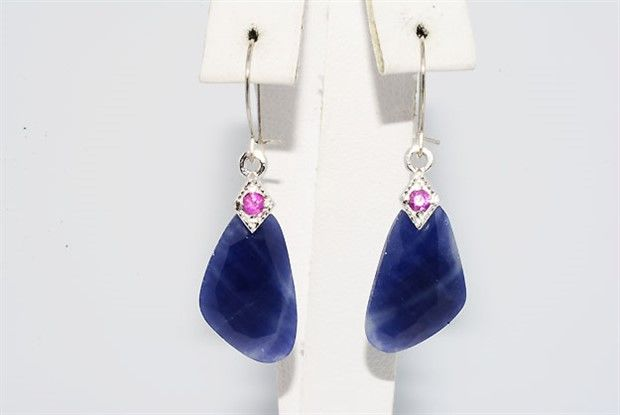 14 kt gold earrings with sapphires.  Length: approx. 3.4 cm.
