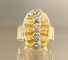 Bi-colour gold ring of 14 kt, set with 5 brilliant cut diamond of approx. 0.25 ct in total, ring size: 19 (61) ****NO RESERVE PRICE****