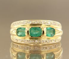 18 kt bi-colour gold ring set with an emerald and 18 single cut diamonds, approx. 0.18 ct in total, ring size 17 (53)