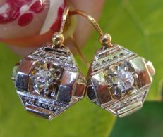 18 kt sleeper earrings in 2 golds and white sapphires, Art Deco era.