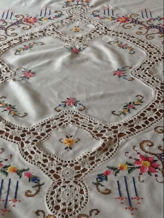 Round embroidered tablecloth in cross stitch and crochet