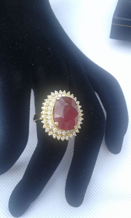18 kt gold – 1 ct diamonds – Ruby of 14.65 carats – Weight 13.54 g.